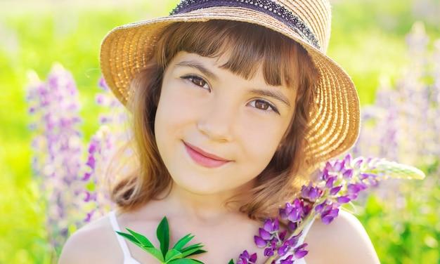 ルピナス畑での子供の写真撮影