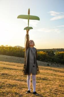 Детский летчик-авиатор с самолетом мечтает о путешествии летом
