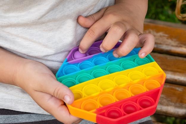 子供が指で遊ぶカラフルなポップそわそわおもちゃ