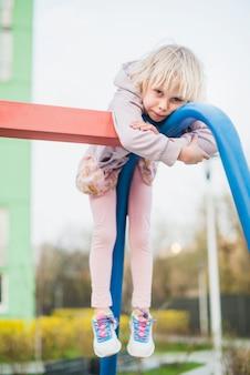 Bambino al parco giochi all'esterno