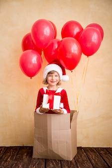 家で遊んでいる子供。クリスマスプレゼント。クリスマスの休日の概念