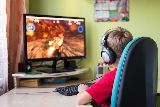 子供がコンピューターゲームをプレイ