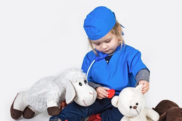 흰색 표면 의학 및 의료에 고립 된 의료 병원에서 의사를 재생하는 아이 의사 어린 시절 작은 소년