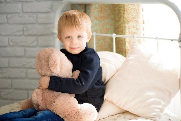 Ребенок играет доктора с игрушкой. врач-педиатр для дошкольников и детсадовцев. концепция педиатрии, здравоохранения и людей.