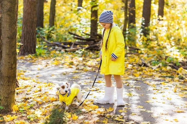 잭 러셀 테리어와 함께을 공원에서 노는 아이. 키드와 잭 러셀 테리어 개.