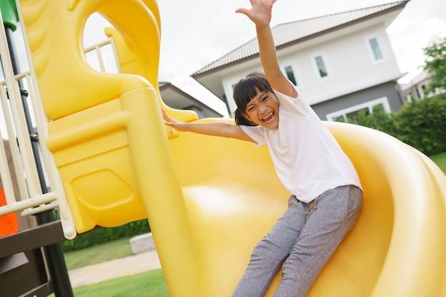 야외 놀이터에서 노는 아이. 아이들은 학교나 유치원 마당에서 놀고 있습니다.