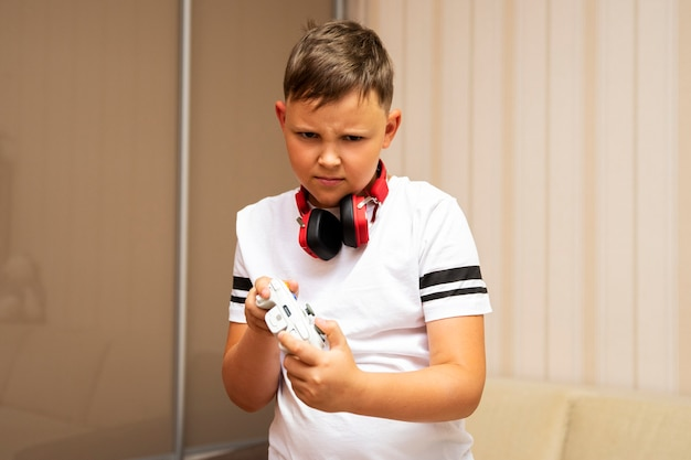Ребенок играет в видеоигры и держит джойстик