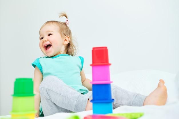 Ребенок играет с красочными игрушками
