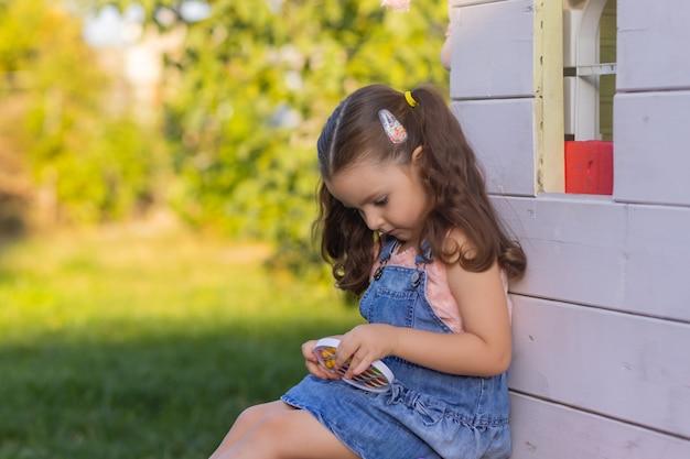 Ребенок играет с хлопком, нажимая на пузырьки стопором пальца, смотретьновую игрушку-антистресс для детей ...