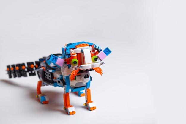 Ребенок играет с игрушечными кубиками