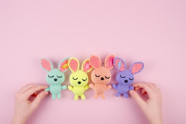장난감 토끼를 가지고 노는 아이. 가족, 친구, 부활절 개념입니다.