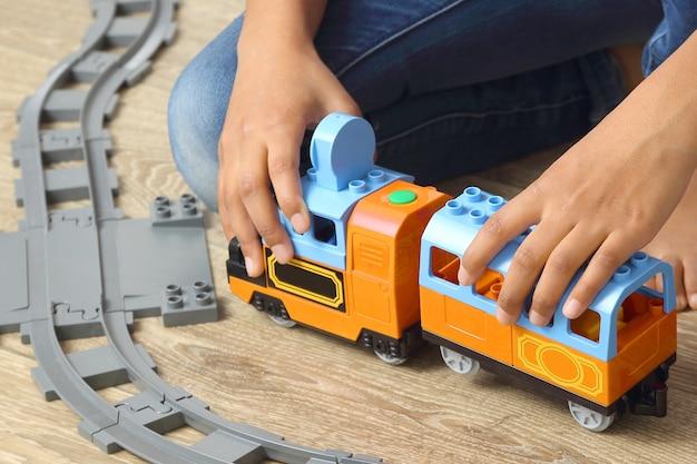 어린이는 어린이 모형 철도를 가지고 노는다. 게임과 어린이 창의력 발달