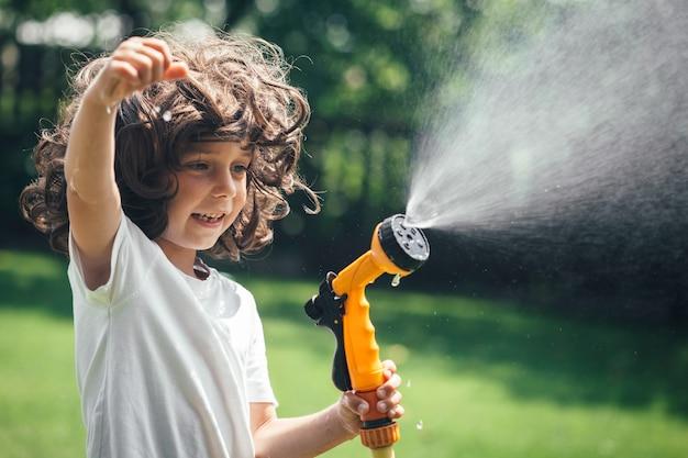 어린이는 정원 뒷마당에서 물로 활약