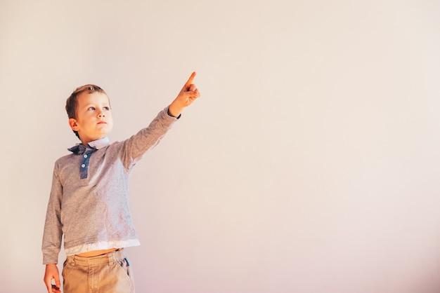 上げられた手と指が上向き、空白で指している子。
