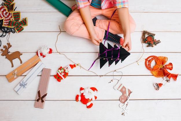 クリスマスのクレアチンの装飾の準備をしている子供