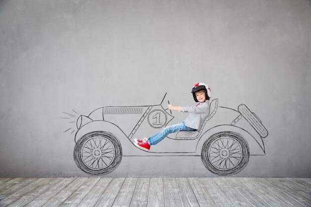 아이는 사업가 인 척합니다. 집에서 노는 아이. 상상력, 아이디어 및 성공 개념