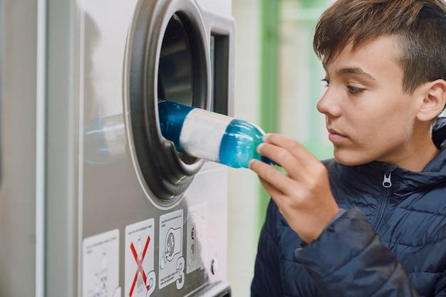Ребенок перерабатывает пластиковые бутылки в машине