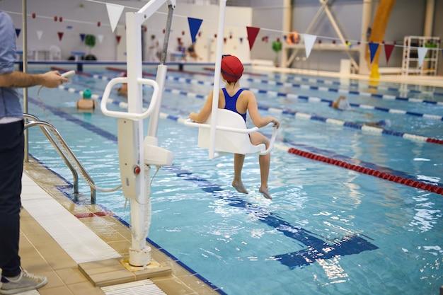 Детская реабилитационная сессия в бассейне