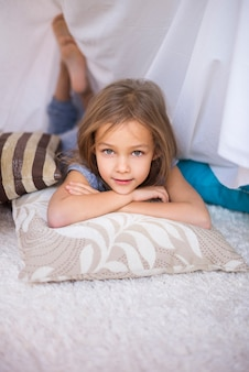 편안한 베개에 휴식하는 아이