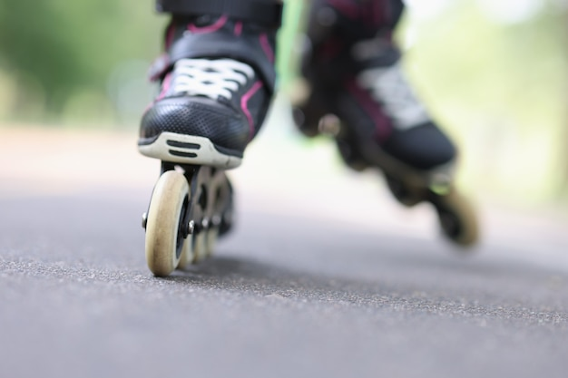도로 근접 촬영 어린이 스포츠 개념에 검은 색 롤러 블레이드를 타는 아이