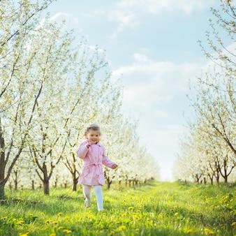 야외에서 꽃 나무를 실행하는 아이. 예술 가공 및 수정