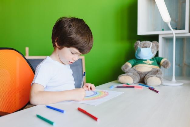 カラフルな虹を描いた子供の絵