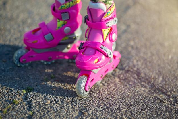 Ноги ребенка в розовых роликах крупным планом