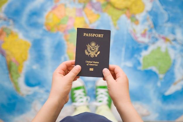 米国のパスポートを保持している子供の手
