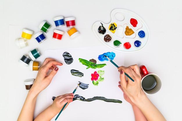 花を描く子供の手