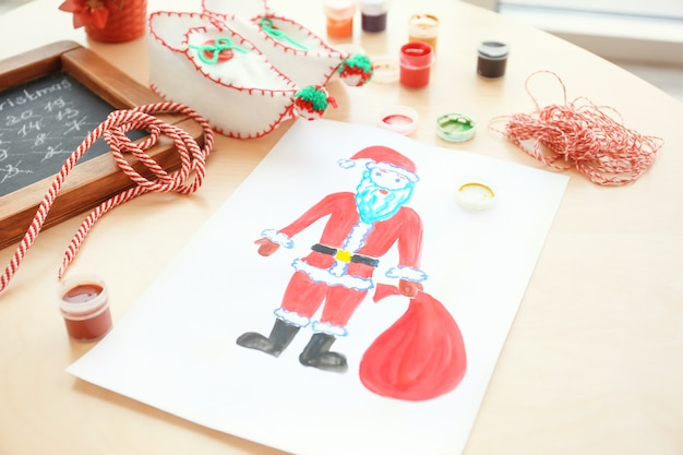 테이블에 가방을 든 산타클로스의 어린이 그림