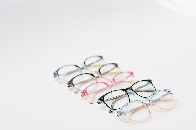 Детская пластиковая оправа для очков. макет для дизайна магазина оптики и магазина глазной клиники. очки для чтения и дистанции, коррекции зрения. красивый ободок для очков.