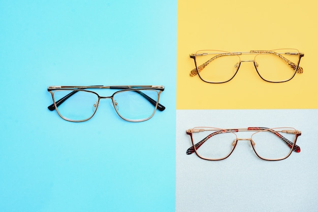 안경용 어린이용 플라스틱 프레임. 안경점 및 상점, 안과 진료소의 디자인을 비웃습니다. 독서 및 거리, 시력 교정용 안경. 아름다운 안경테.