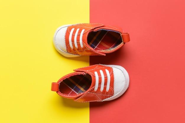 Детская обувь на цветном фоне
