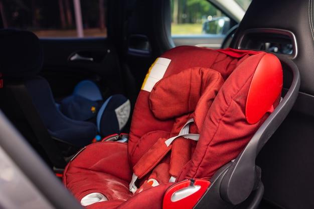 Детское автокресло в задней части автомобиля. детское автокресло для безопасности. салон автомобиля. детализация автомобиля.