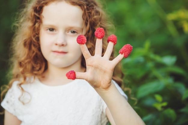 라즈베리와 아이 보여주는 다섯 손가락.