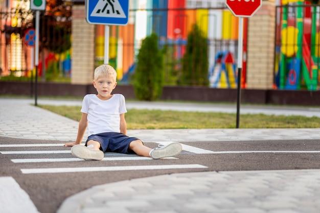 横断歩道で道路に座っている子供