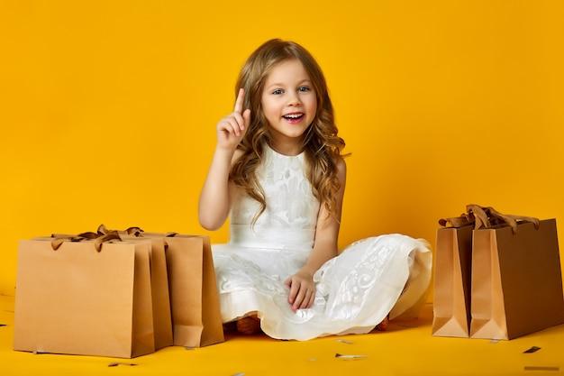 お店で紙袋を持って子供が笑顔。