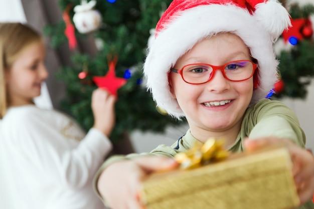 Ребенок улыбается с золотой дар