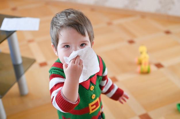 코를 달리거나 재채기로 고통받는 어린이. 알레르기 어린 소년
