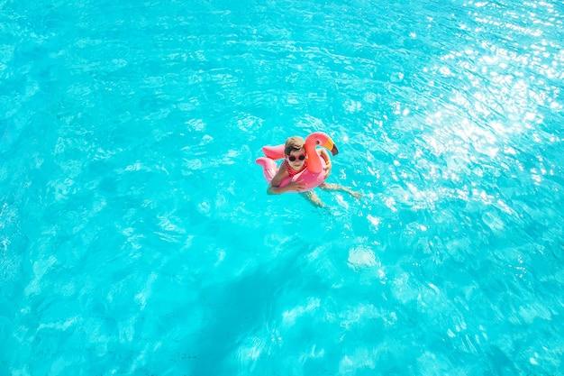 子供はプールで泳いだりダイビングしたりします