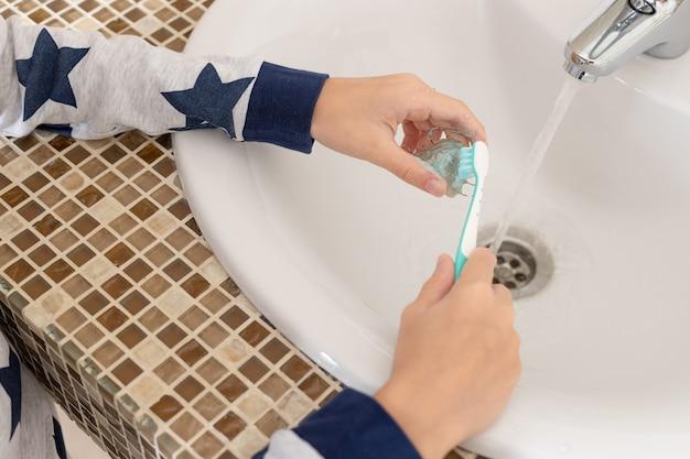 Ребенок заботится о зубной пластине