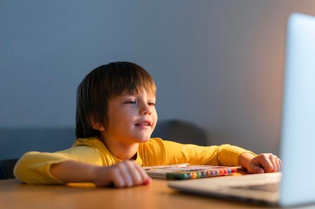Ребенок берет виртуальные курсы