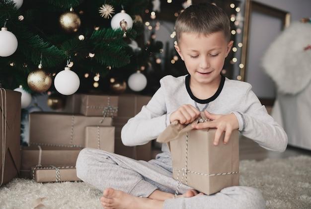 クリスマスの紙を引き裂く子供