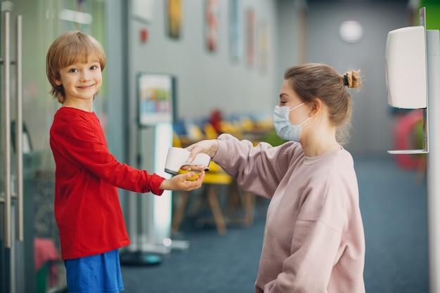 小学校でのレーザー体温計による子供の体温測定