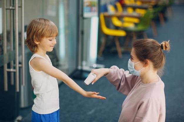 幼稚園でのレーザー体温計による子供の体温測定