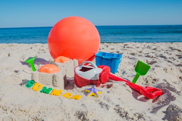 모래 해변에서 어린이 장난감