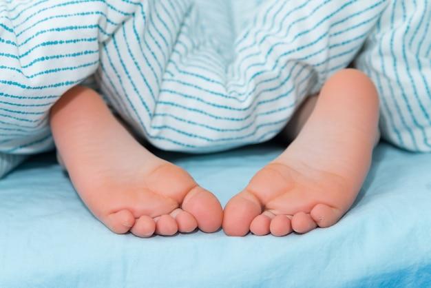 毛布の下の子供