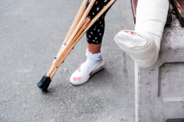 Ребенок, использующий костыли и сломанные ноги для ходьбы, сломанная нога,