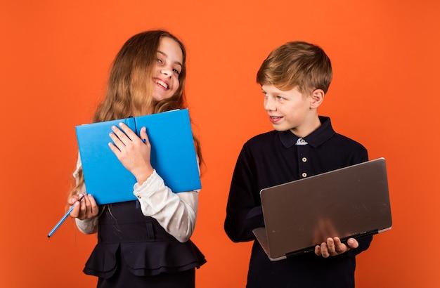 Ребенок, использующий компьютер. жизнь в сети. социальные сети и блог. современный источник информации. сидеть в интернете. современная профессия. современное образование для детей. изучите программирование. студент с портативным компьютером.