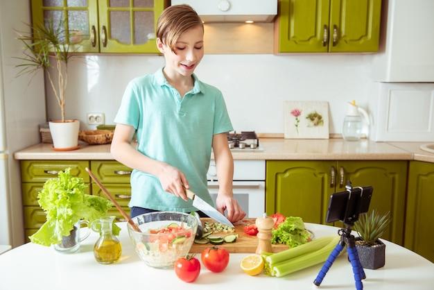 健康的な野菜のレシピを記録する子供vlogger菜食主義者のための料理ブログ